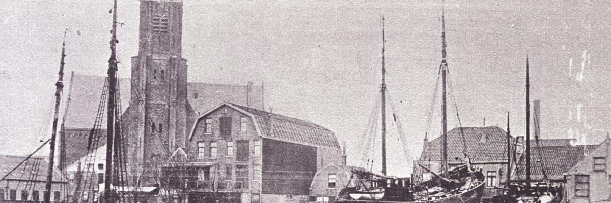 Scheepswerf aan de Noordgeer, aan de achterzijde van de Olivierstraat, met vissersschepen en Groote Kerk. Links de KW169, Aleida.